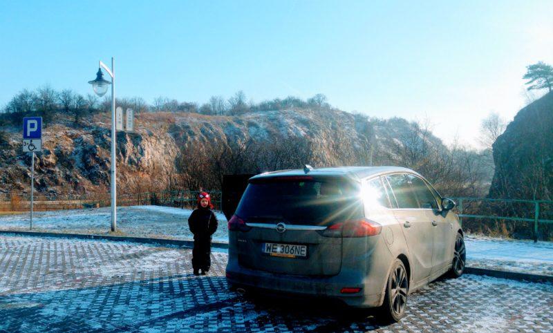 Nasz Opel Zafira na parkingu przed wejściem do Kadzielni. Fot. Crazy Nauka