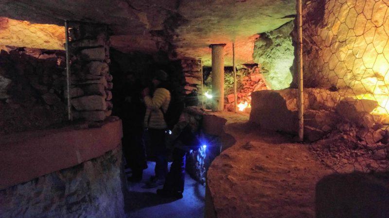 Neolityczna kopalnia krzemienia w Krzemionkach Opatowskich - idziemy nowym korytarzem, który przecina niziutkie korytarze wydrążone tysiące lat temu. Fot. Crazynauka