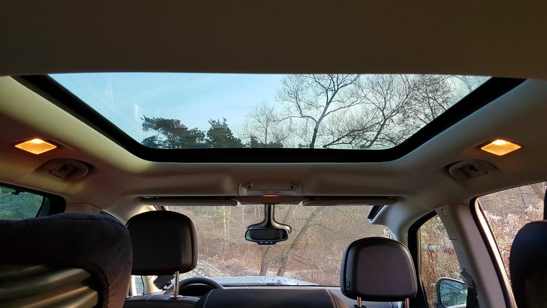 Panoramiczna szyba przednia i wielkie okno dachowe sprawiają, że we wnętrzu Zafiry jest bardzo jasno, a las śmmiga nam swobodnie nad głowami. Fot. Crazy Nauka