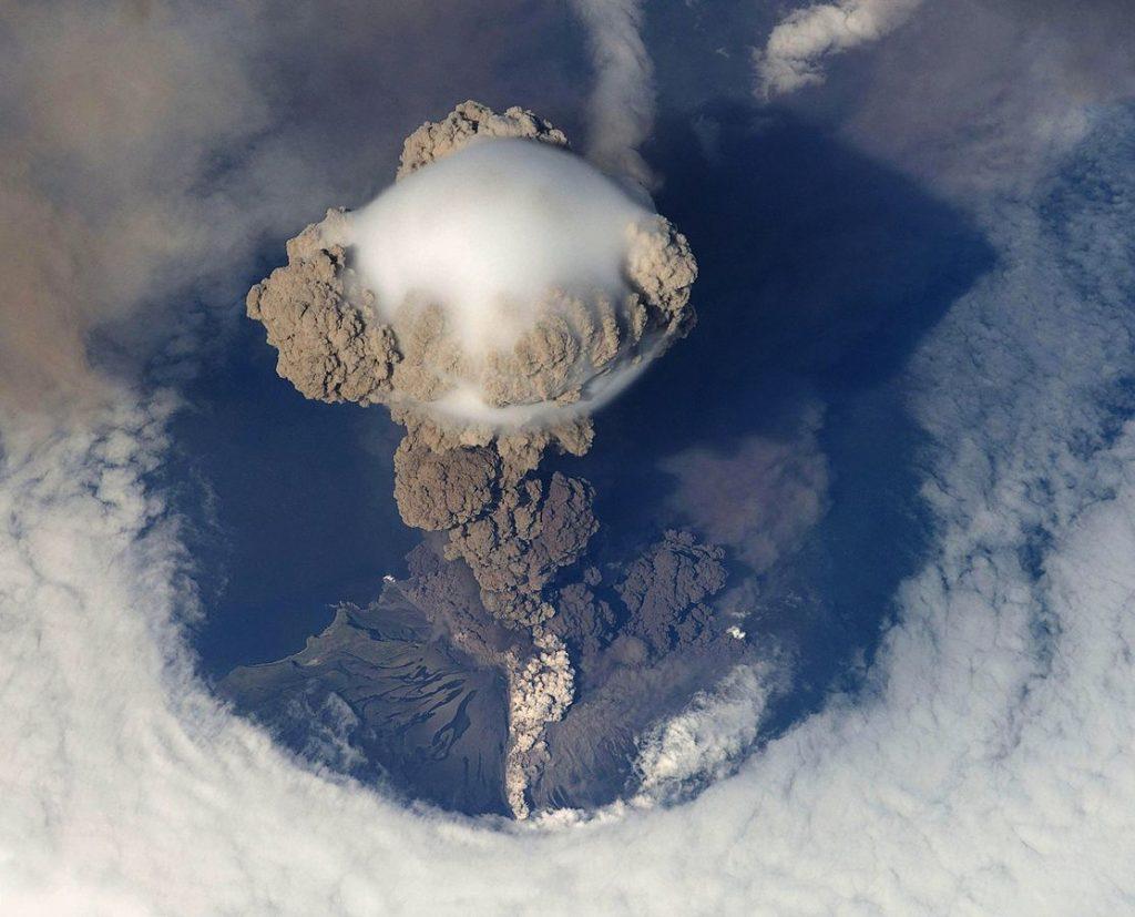 Erupcja wulkanu Saryczewa w 2010 roku widziana z Międzynarodowej Stacji Kosmicznej. Fot. NASA