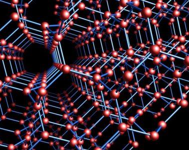 Sieć krystaliczna powtarza się w przestrzeni. Rys. Workbit/Wikimedia Commons