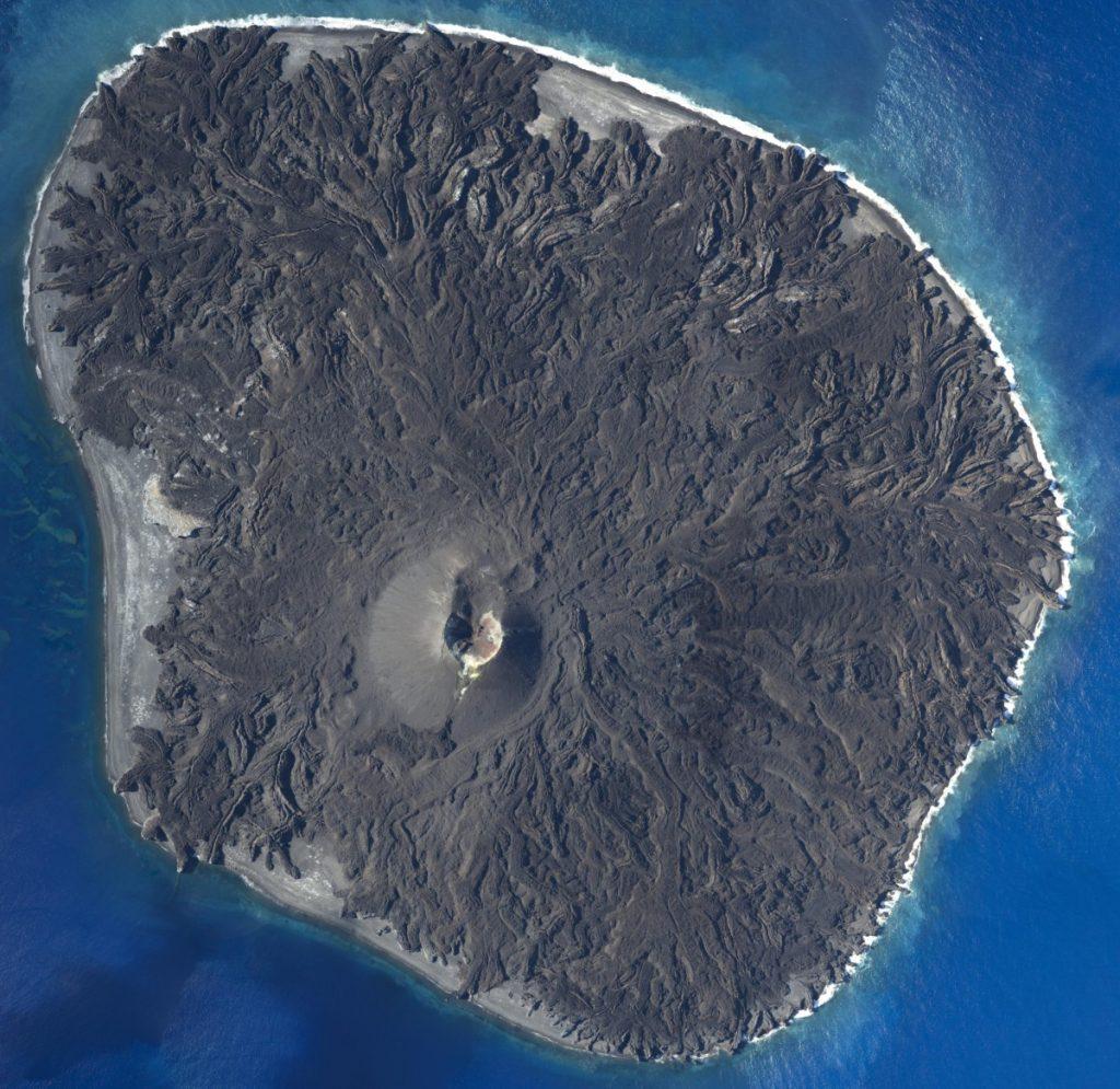 Wyspa Nishinoshima w 2016 roku. Fot. Geospatial Information Authority of Japan