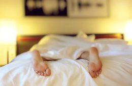 Czerwony i niebieski – jak wykorzystać barwy, by łatwiej zasypiać i wstawać