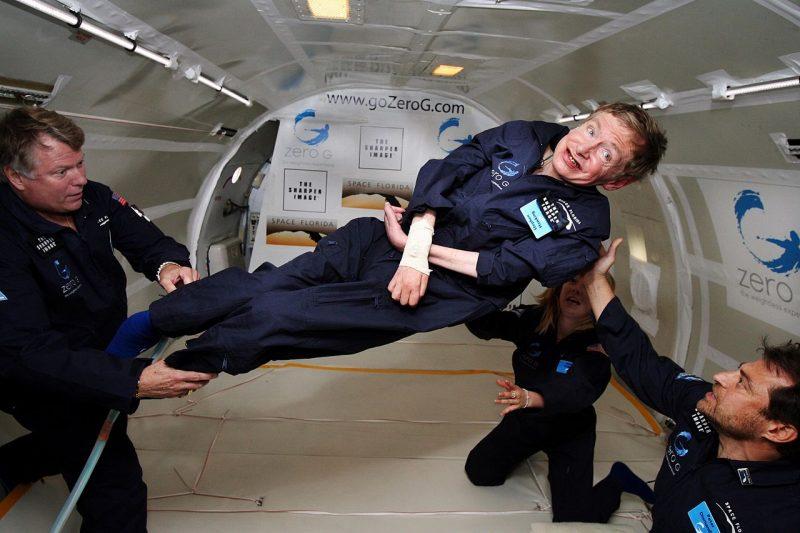 Stephen Hawking podczas lotu ze stanem nieważkości. Fot. Jim Campbell/Aero-News Network