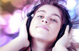 Słuchawki jednak nie szkodzą? Nowe badania polskich naukowców