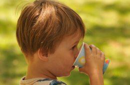 Nie dawajmy soków małym dzieciom – najnowsze zalecenia pediatrów