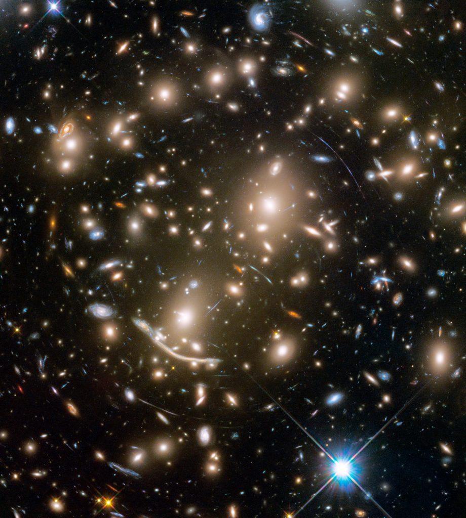 Gromada galaktyk Abell 370 Fot.  NASA, ESA, and J. Lotz and the HFF Team (STScI) [KLIKNIJ BY POWIĘKSZYĆ]