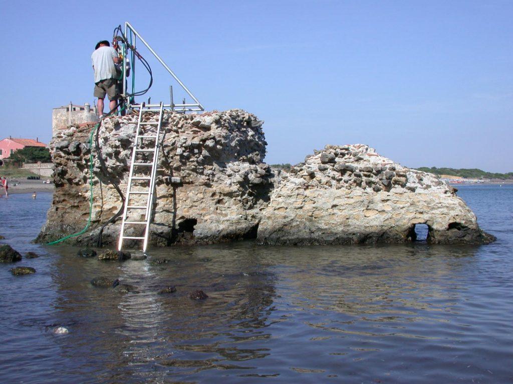 Pobieranie próbek z betonowej struktury zbudowanej za czasów Cesarstwa Rzymskiego Fot. J.P. Oleson