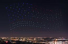 Setki sztucznych świetlików tańczą razem w powietrzu – fajerwerki przyszłości