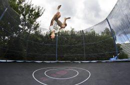 Dlaczego na trampolinie zdarzają się wypadki i jak ich uniknąć?