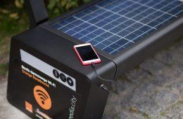 Z tej ławki nie chce się wstawać: ładuje telefon, rozsiewa internet, a potrafi więcej