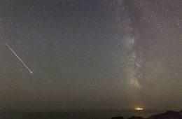 Jasny meteor z roju Perseidów. Fot. Christos Doudoulakis/Wikimedia (CC BY-SA 4.0)