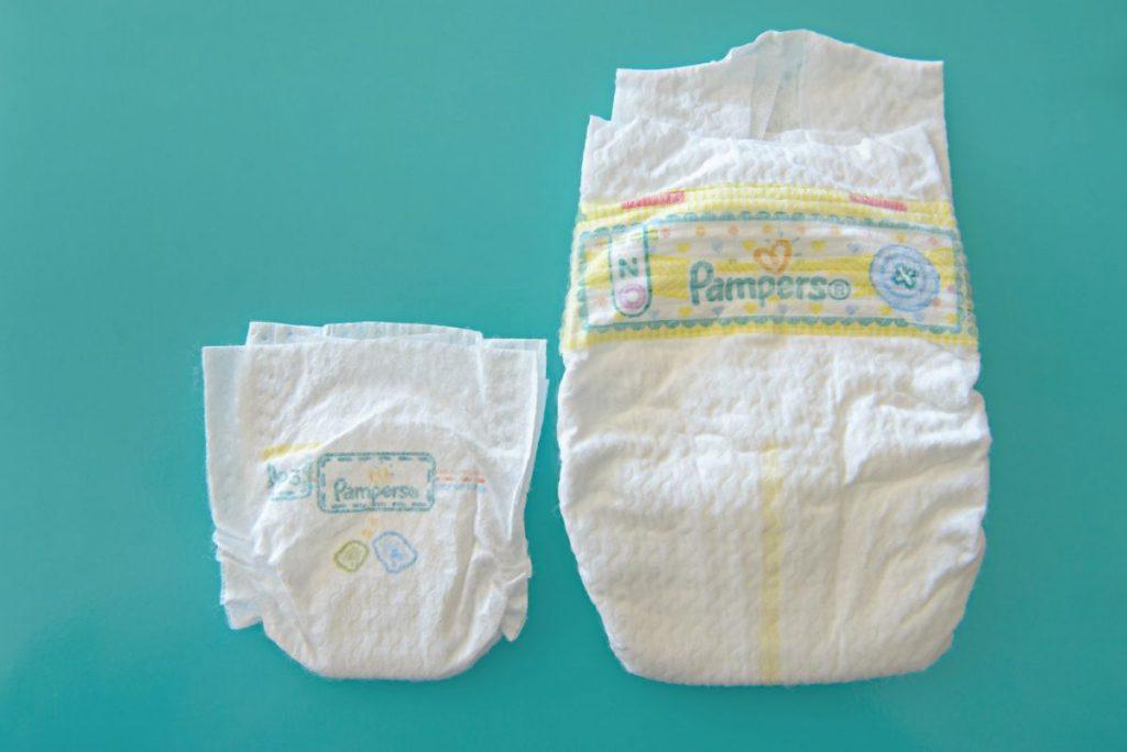 Porównanie wielkości nowej pieluszki dla wcześniaków z typową pieluszką dla noworodków. Fot. Pampers