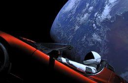 Falcon Heavy pomyślnie wystartował, a Tesla z kierowcą podróżują już bez osłon!