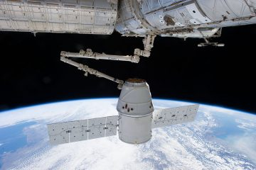 Kapsuła Dragon dokująca do Międzynarodowej Stacji Kosmicznej. Fot. NASA