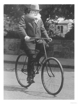 John Dunlop na rowerze z pneumatycznymi oponami, które sam opracował. (ok. roku 1915)