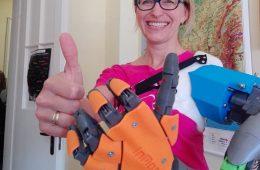 Gimnazjalista z Milanówka wydrukował protezę ręki dla swojej nauczycielki