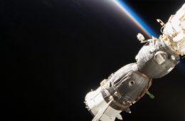 Astronauci zatkali dziurę w statku kosmicznym kciukiem i taśmą klejącą