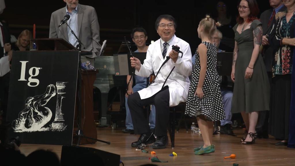 8-letnia strażniczka czasu przywołuje do porządku laureata prezentującego przyrząd do kolonoskopii. Fot. ImprobableResearch/YouTube