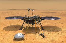 InSight po wylądowaniu. Po lewej sejsmometr, po prawej moduł powierzchniowy do badania temperatury. Fot. NASA/JPL-Caltech