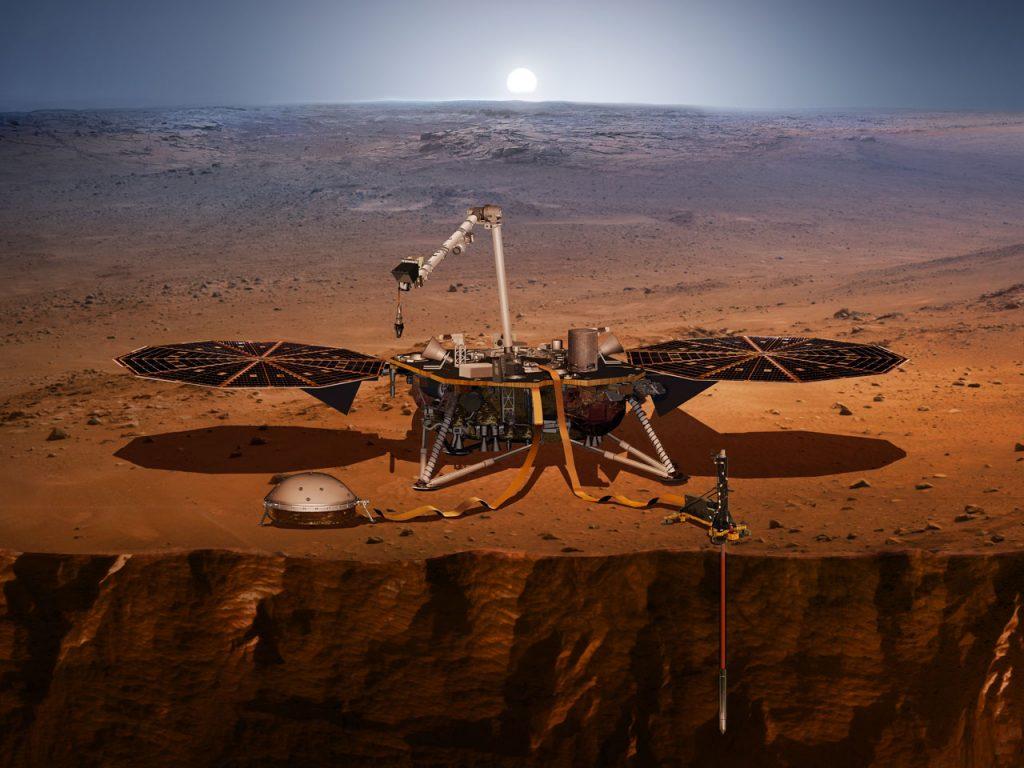 InSight po wylądowaniu. Po lewej sejsmometr, po prawej przyrząd do badania temperatury z zagłębionym Kretem. Fot. NASA/JPL-Caltech