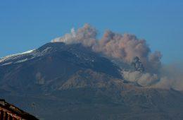 Nie! Etna i inne wulkany nie emitują więcej dwutlenku węgla niż ludzie