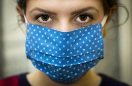 CDC zmienia zalecenia: noszenie masek przez wszystkich na tym etapie epidemii ma sens