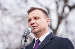 Dlaczego Andrzej Duda myli się, krytykując obowiązek szczepień?