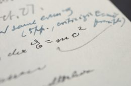 """List Einsteina z odręcznym zapisem """"E=mc2"""" sprzedany za 1,2 mln dolarów"""