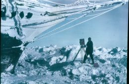Shackleton i jego dwa statki uwięzione w lodzie Antarktydy